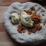 gekneteter Teig bekommt Besuch von Senfbutter und Senfkörnern